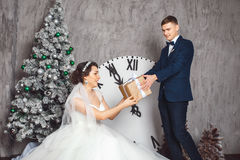 Braut und Bräutigam draußen Liebhaber Braut und Bräutigam in der Weihnachtsdekoration Bräutigam, der Geschenk hält Romantische Üb stockfotos
