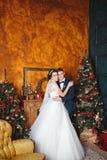 Braut und Bräutigam draußen Liebhaber Braut und Bräutigam in der Weihnachtsdekoration HGroom und Braut zusammen Verbinden Sie das Stockfoto