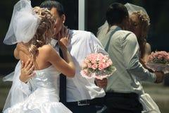 Braut und Bräutigam durch den Spiegel im Freien Stockfoto