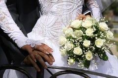Braut und Bräutigam in einem Herzen formen auf Hochzeitsblumenstrauß Stockfotografie