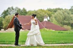 Braut und Bräutigam in einem Park - Porträt im Freien stockfoto