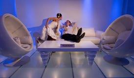 Braut und Bräutigam in einem stilvollen Aufenthaltsraum Stockbild
