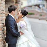 Braut und Bräutigam in einer alten Stadt - Hochzeitspaar Stockfotografie