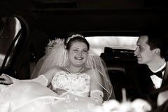 Braut und Bräutigam in einer Limousine stockbilder