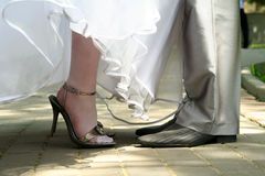 Braut-und Bräutigam-Fahrwerkbeine Lizenzfreie Stockfotos