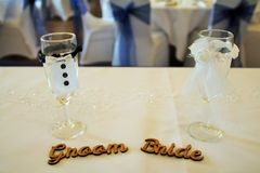 Braut und Bräutigam Glasses Lizenzfreie Stockfotos