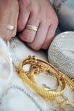 Braut-und Bräutigam-Hände mit Ringen Lizenzfreie Stockbilder
