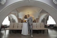 Braut und Bräutigam am Hochzeitsbankett Stockbilder