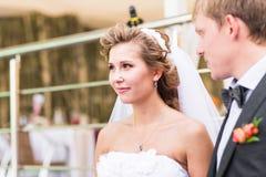 Braut und Bräutigam am Hochzeitsempfang stockbilder