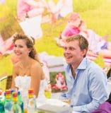 Braut und Bräutigam am Hochzeitsempfang lizenzfreie stockfotografie