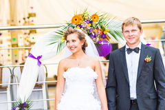 Braut und Bräutigam am Hochzeitsempfang lizenzfreie stockfotos