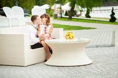 Braut und Bräutigam am Hochzeitstag draußen gehend auf Frühlingsnatur Stockbilder