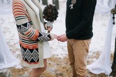 Braut-und Bräutigam-Holding-Hände Stockbild