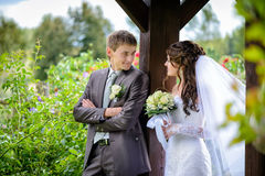 Braut und Bräutigam im Freien Stockfotos
