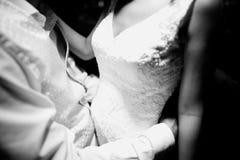 Braut und Bräutigam im Hochzeitsheirathändchenhalten Stockbild