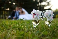 Braut und Bräutigam im Park Stockfotos