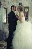 Braut und Bräutigam im Weinleseraum Stockfotos