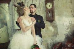 Braut und Bräutigam im Weinleseraum Lizenzfreies Stockbild