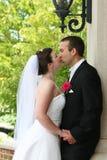 Braut-und Bräutigam-Küssen Lizenzfreie Stockbilder