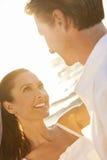 Braut-und Bräutigam-Married Couple Sunset-Strand-Hochzeit Lizenzfreie Stockbilder