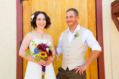 Braut und Bräutigam mit alten Türen Stockfoto