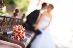 Braut und Bräutigam mit Brautblumenstrauß Lizenzfreie Stockfotografie
