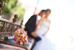 Braut und Bräutigam mit Brautblumenstrauß Stockfoto