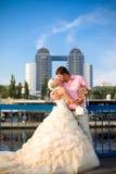 Braut und Bräutigam mit einem Blumenstrauß Stockfotografie