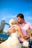 Braut und Bräutigam mit einem Blumenstrauß Stockbilder