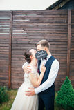 Braut und Bräutigam mit einem Zeichen gerade geheiratet Süße Hochzeitsdetails über den Hochzeitstag Gleichheit, Krawatte und Kris Lizenzfreies Stockbild