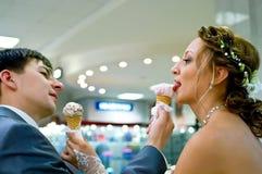 Braut und Bräutigam mit Eiscreme Lizenzfreie Stockfotografie