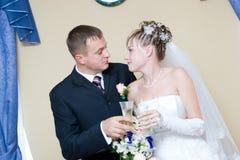 Braut und Bräutigam mit Gläsern Champagner Stockfoto