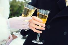 Braut und Bräutigam mit Gläsern Champagner Stockfotos