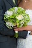 Braut und Bräutigam mit Hochzeitsblumenstrauß Stockbild