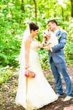 Braut und Bräutigam mit Hundewesthochlandweiß lizenzfreies stockbild