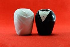 Braut und Bräutigam mit rotem Hintergrund für Heiratskonzept Lizenzfreies Stockfoto