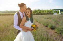 Braut und Bräutigam nach Hochzeitszeremonie Lizenzfreies Stockfoto