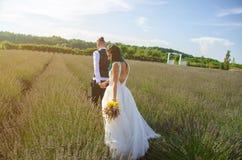 Braut und Bräutigam nach Hochzeitszeremonie Lizenzfreie Stockfotos