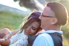 Braut und Bräutigam nach Hochzeitszeremonie stockfotografie