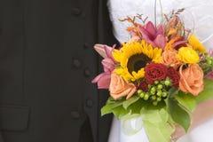 Braut-und Bräutigam-Nahaufnahme mit Blumenstrauß Stockfotografie