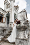 Braut und Bräutigam nahe altem Gebäude Stockfotografie