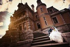 Braut und Bräutigam nahe dem alten Schloss lizenzfreies stockbild