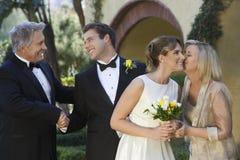 Braut und Bräutigam With Parents lizenzfreies stockfoto