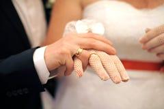 Braut und Bräutigam Showing Rings Stockbilder