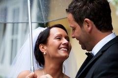 Braut- und Bräutigamregenschirm Stockfotos