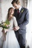 Braut-und Bräutigam-Standing Holding Flowers-Blumenstrauß lieben zusammen H Lizenzfreie Stockbilder