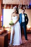 Braut und Bräutigam stehen in einem hellen Raum Stockfotos