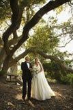 Braut und Bräutigam stehend außerhalb einer Kirche. Lizenzfreies Stockfoto