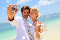Braut und Bräutigam am Strand Stockbilder