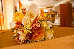 Braut-und Bräutigam-Tabelle mit Blumenstrauß der Braut Stockfoto